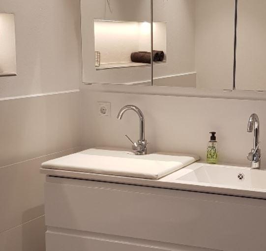 Die Abdeckung für Waschbecken und Badewanne